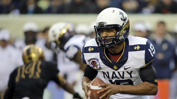 Navy quarterback Keenan Reynolds runs with the ball during the first half of an NCAA college football game against Army, Saturday, Dec. 8, 2012, in Philadelphia. (AP Photo/Matt Slocum)