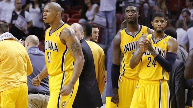 Indiana Pacers' David West (L) celebrates after Miami Heat's Chris Bosh missed a three-point shot at the end of Game 2 of their NBA Eastern Conference final basketball playoff in Miami, Florida May 24, 2013 (REUTERS)
