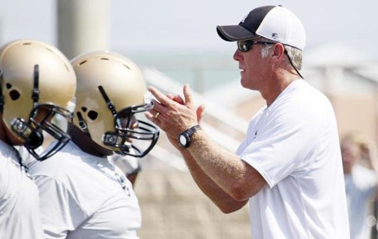 Oak Grove offensive coordinator and NFL legend Brett Favre instructs players during a practice — AP