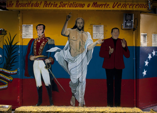 Un mural con imgenes del hroe venezolano de la independencia, Simn Bolivar, a la izquierda; Jess, en el centro; y el presidente venezolano Hugo Chvez, a la derecha, se observa  en Caracas, Venezu