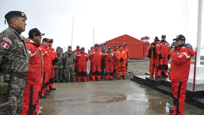 Peru's President Ollanta Humala talks to soldiers during a ceremony at the Machu Picchu Base in Antarctica