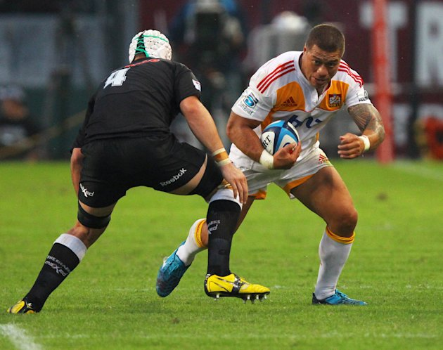 New Zealand Waikato Chiefs' Mahonri Schwalger (L) vies with Sharks of Durban's Steven Sykes during the Super 15 rugby union match Sharks of Durban vs Waikato Chiefs of New Zealand at the Mr Price King
