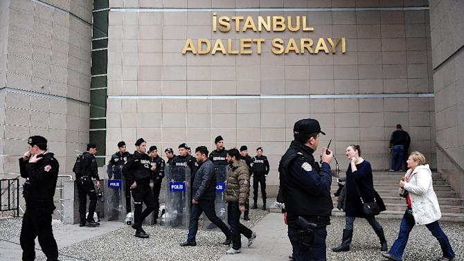 Turkish riot police take position on March 31, 2015 in Istanbul in front of the courthouse where a Turkish prosecutor was taken hostage by an armed group