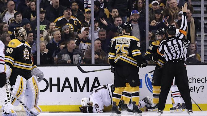 Blackhawks lose Toews, beat Bruins 3-2