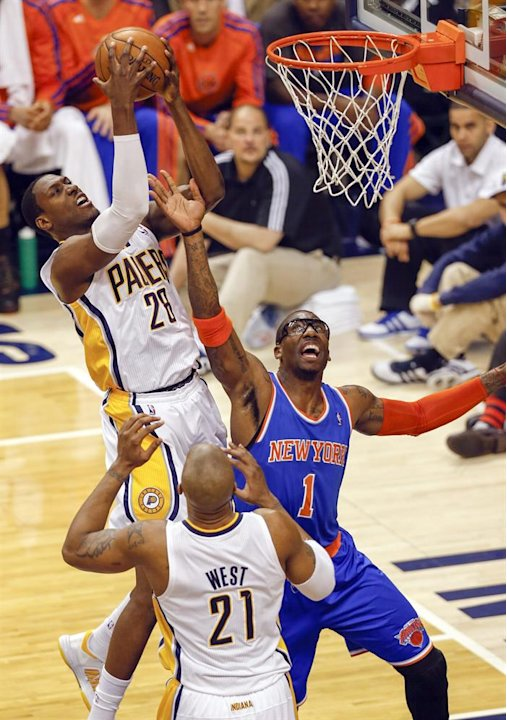 . Indianapolis (United States), 18/05/2013.- Indiana Pacers center Ian Mahinmi (L) grabs a rebound over New York Knicks forward-center Amar'e Stoudemire (R) in the first half of game six of the Easter