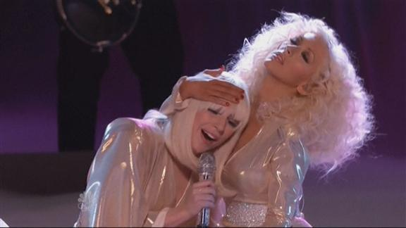 Aguilera, íntima con Gaga en la final de 'The Voice'
