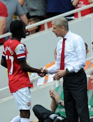 Arsenal&#39;s manager Arsene Wenger shakes hands with striker Gervinho (L) after he is substiuted during their English Premier League football match against Southampton at The Emirates Stadium in north London