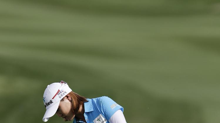 So Yeon Ryu, of South Korea, chips to the16th green during the final round of the LPGA Kraft Nabisco Championship golf tournament in Rancho Mirage, Calif. Sunday, April 7, 2013. (AP Photo/Chris Carlson)