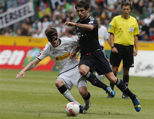 Moenchengladbach's Havard Nordtveit of Norway, left, and Bayern's Javi Martinez of Spain challenge for the ball during the German first division Bundesliga soccer match between VfL Borussia Moenchengl