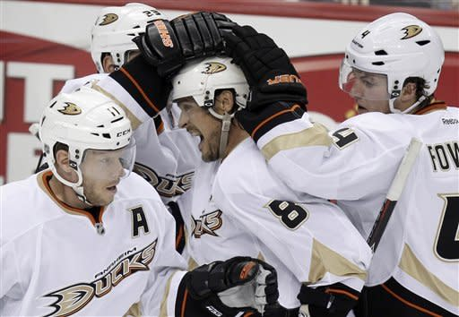 Selanne leads Ducks past Penguins 2-1