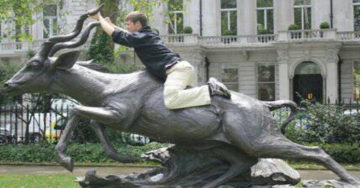 21 People Who Posed With Statues...and Nailed It!