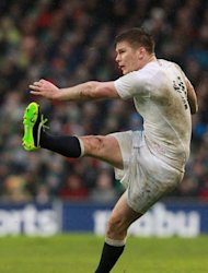 England&#39;s fly half Owen Farrell watches his penalty kick during their Six Nations rugby union match against Ireland at Aviva Stadium in Dublin on February 10, 2013. England won 12-6