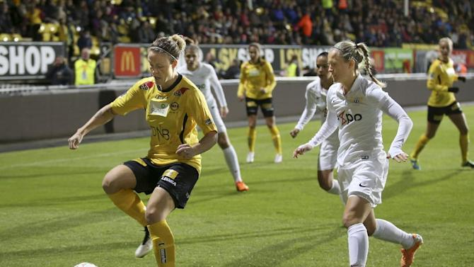 Isabell Leh Herlovsen, left, of LSK Norway, is challenged by Kim Dubs of FC Zurich in their UEFA Women's Champions League soccer match in Lillestrom, Norway, Wednesday Oct. 7,  2015. (Terje Pedersen, NTB scanpix via AP) NORWAY OUT