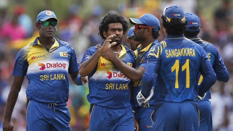 Sri Lanka's Malinga celebrates with captain Mathews and teammates after taking the wicket of Pakistan's Hafeez during their final ODI cricket match in Dambulla