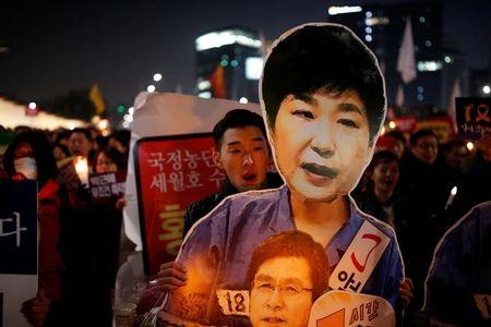 People march toward the Presidential Blue House during a protest demanding South Korean President Park Geun-hye's resignation in Seoul