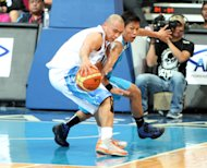 Rain or Shine's Paul Lee and San Mig's Mark Barroca. (PBA Images)