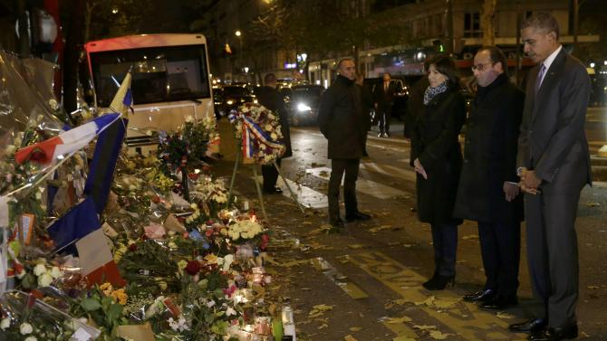 U.S. President Obama and French President Hollande pay their respect at the Bataclan concert hall in Paris