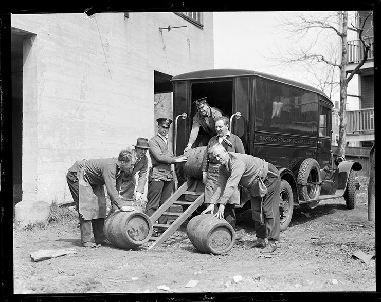 the effects of prohibition in the us during the 1920s In 1920, the 18th amendment was passed making the manufacture and sale of alcohol illegal but many people in this time of 'prohibition' continued to drink and gangsters made enormous amounts of money from supplying illegal liquor.