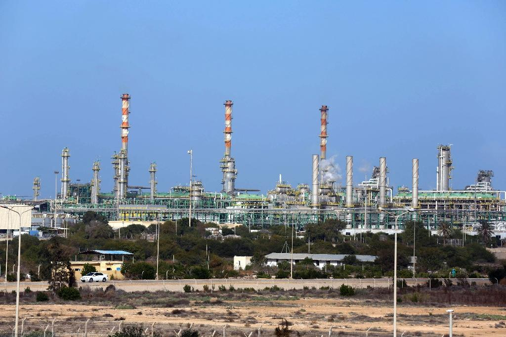 Libya's rival government threatens oil tankers