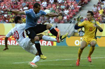 Uruguay 8-0 Tahiti: Abel Hernandez hits four as South Americans reach semifinals