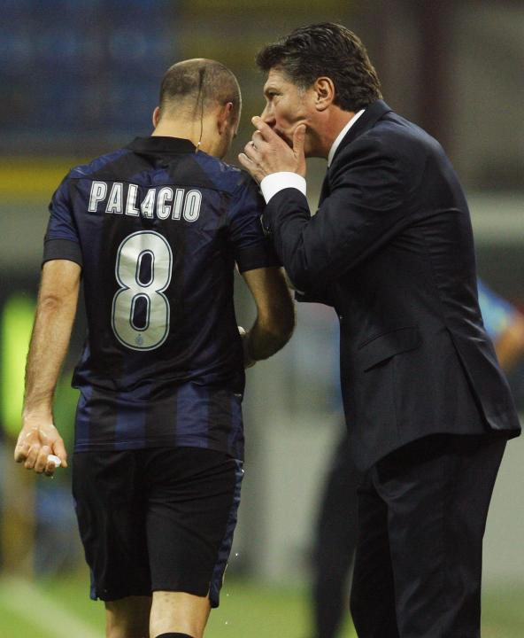 Inter Milan's Rodrigo Palacio talks with coach Walter Mazzarri during their Italian Serie A soccer match against Hellas Verona in Milan