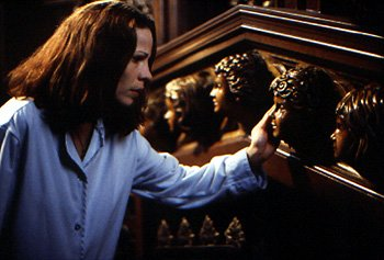 Nell ( Lili Taylor ) investigates the cherubic faces in The Haunting