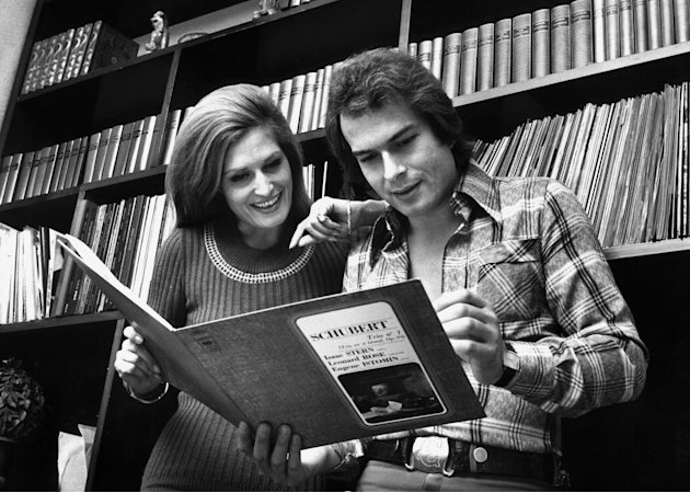Dalida et son compagnon Richard Chamfray regardent un disque de Schubert en 1975 à Paris. AFP/Franta Barton