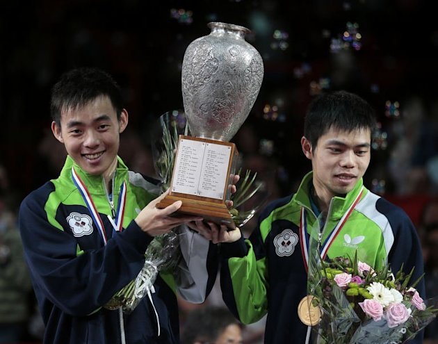 Taiwan's Chen Chien-An (L) and Chuang Chih-An (R) hold their trophy on May 19, 2013 in Paris