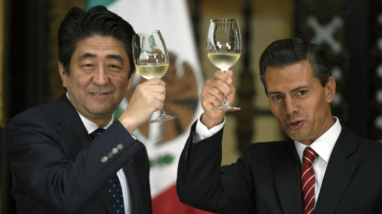 Mexican President Enrique Pena Nieto (R) and Japanese Prime Minister Shinzo Abe make a toast during a dinner at the National Palace in Mexico City, on July 25, 2014