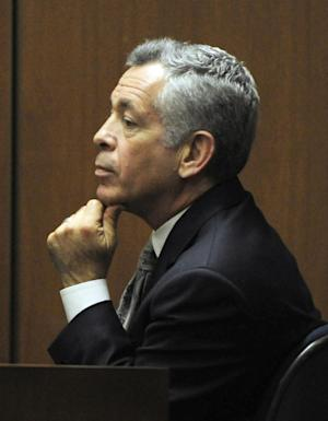 Dr. Robert Waldman, an addiction specialist, testifies during the final stage of Dr. Conrad Murray's defense case in Murray's involuntary manslaughter trial  in Los Angeles on Thursday, Oct. 27, 2011.  Murray has pleaded not guilty and faces four years in prison and the loss of his medical licenses if convicted of involuntary manslaughter in Michael Jackson's death.  (AP Photo/Paul Buck, Pool)