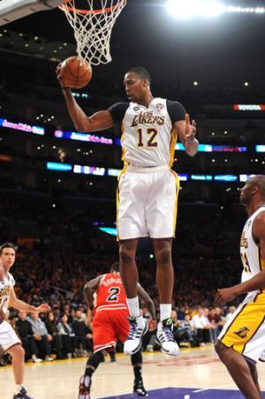 Howard leads Lakers over Bulls 90-81