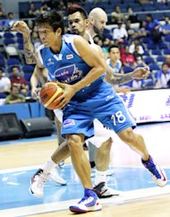 James Yap drives past Ronald Tubid. (PBA Images)