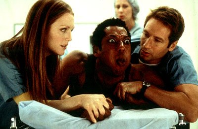 Alison ( Julianne Moore ) and Ira ( David Duchovny ) help Harry ( Orlando Jones ) deal with the worst kind of alien invasion in Dreamworks' Evolution