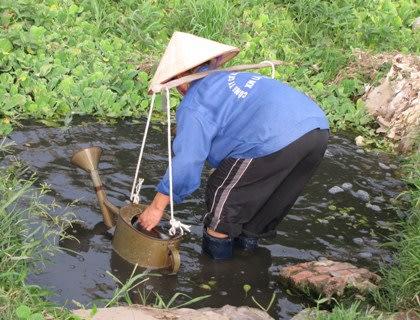 Người dân trồng rau ở vùng ven Hà Nội tận dụng triệt để nguồn nước ô nhiễm từ sông Tô Lịch để tưới rau