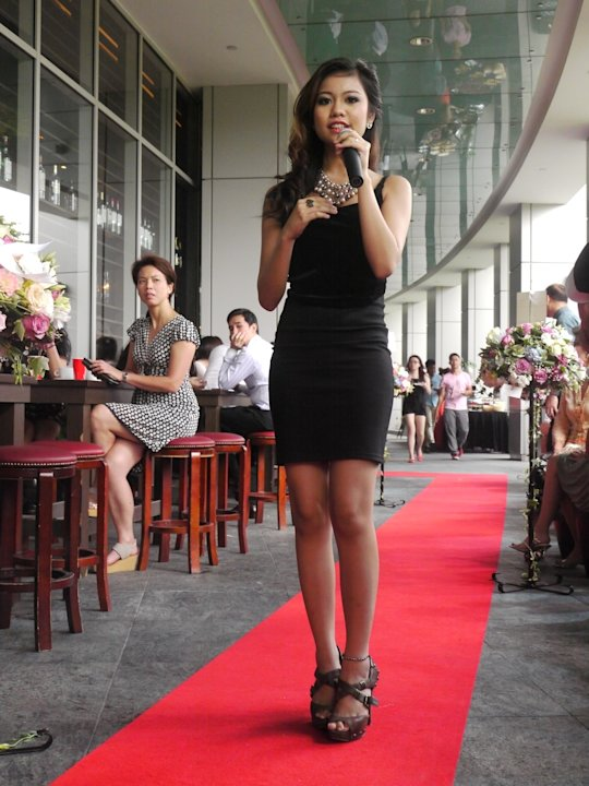 The 20-year old cuts a slim figure in her tight black number. (Yahoo! Singapore/ Deborah Choo)