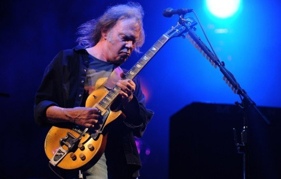 "Neil Young with Crazy Horse : Neil Young reprend ""God Save The Queen"" sur son nouvel album"