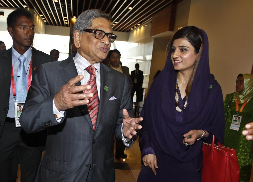 Indian Foreign Minister S.M. Krishna, left, talks to his Pakistani counterpart Hina Rabbani Khar as they arrive for the South Asian Association for Regional Cooperation (SAARC) foreign ministers meeting in Addu, Maldives, Wednesday, Nov. 9, 2011. (AP Photo/ Eranga Jayawardena)