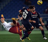 AS Roma&#39;s Pablo Daniel Osvaldo (L) fights for the ball with Cagliari&#39;s Luca Rossettini during their Italian Serie A match in Rome&#39;s Olympic Stadium, on Febuary 1, 2013. Roma host Juventus next, on Saturday