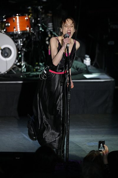 Straying a bit from her folky, warm style of yore, Fiona rocks out in Atlantic City in late March in a black silk gown cinched at the waist with a hot pink belt. (Bill McCay/WireImage)