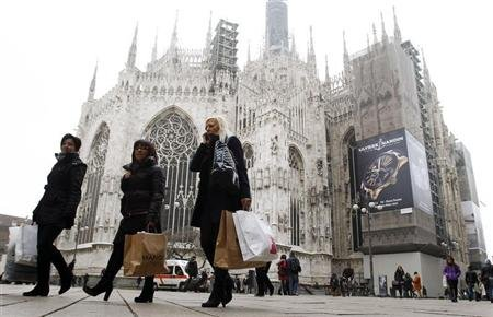 People walk past the Duomo cathedral in downtown Milan January 11, 2013. REUTERS/Alessandro Garofalo