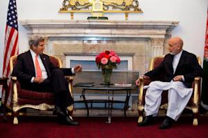 US Secretary of State John Kerry (L) meets with Afghan …
