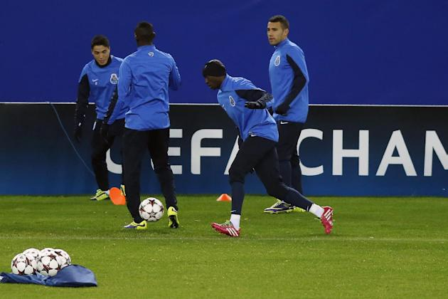 FC Porto players pass the ball during a training session in Madrid, Spain, Tuesday, Dec. 10, 2013. FC Porto will play  Atletico Madrid in a Group G Champions League soccer match on Wednesday