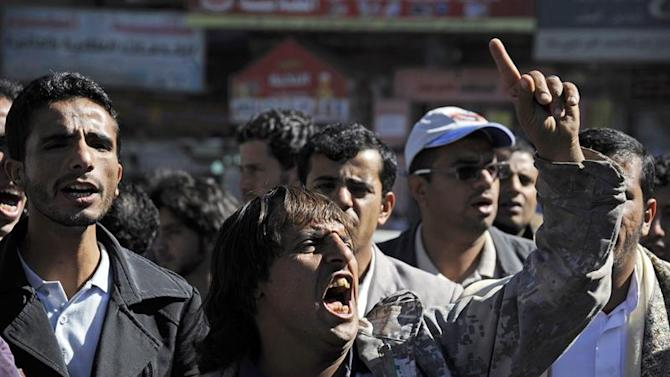 ARH-02. Sana'a (Yemen), 27/12/2014.- Yemeni protesters shout slogans during a rally against the Shiite Houthi insurgency, in Sana'a, Yemen, 27 December 2014. The Iran-backed Shiite Houthi movement has spread throughout Yemen since its armed militias took over large parts of the country and its military power centers in September. (Protestas) EFE/EPA/YAHYA ARHAB