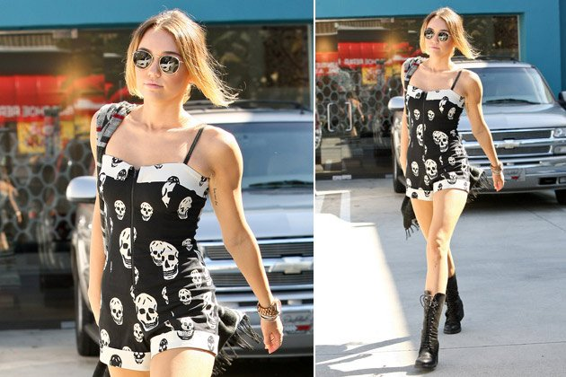 S&#xfc;&#xdf;er Playsuit mit Grusel-Aufdruck: Miley Cyrus als wandelndes Skelett (Bild: Splash News)