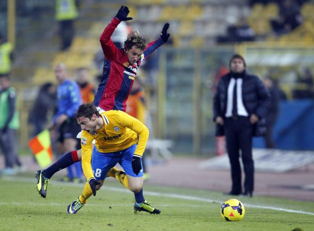 Juventus' Marchisio and Bologna's Diamanti fight for the ball during their Italian Serie A soccer match at the Dall'Ara stadium in Bologna