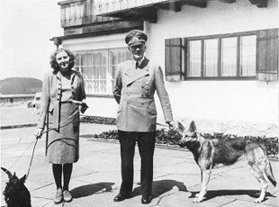 Los grandes amores de Hitler Eva Braun y su perro Blondi (Wikimedia commons)