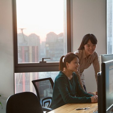 Two-businesswomen-working-together-in-the-office_web