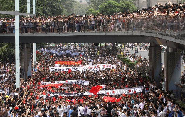 Anti-Japan protesters march in Chengdu, in southwestern China&#39;s Sichuan province, Sunday Aug. 19, 2012. Japanese activists swam ashore and raised flags Sunday on an island claimed by both Japan and China, fanning an escalating territorial dispute between the two Asian powers. (AP Photo) CHINA OUT