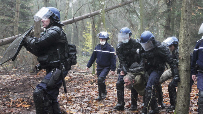 French farmers, anarchists unite in airport fight