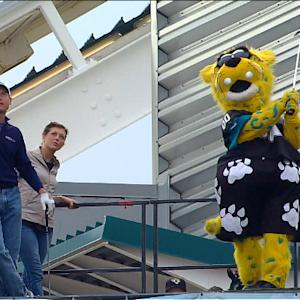 Jim Furyk takes on Jacksonville Jaguars mascot